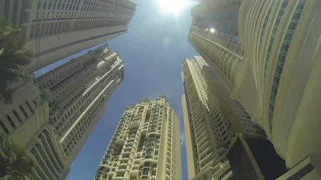 baixo : Tall buildings in a big city