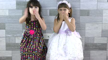 üfleme : little girls sending kisses  Stok Video