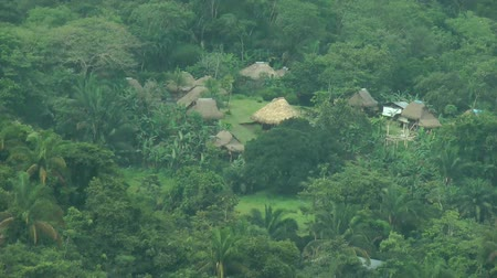 bennszülött : Embera Indian Traditional Village. The Embera–Wounaan is a semi-nomadic indigenous people in Panama, living in the province of Darien at the shores of the Chucunaque, Sambu and Tuira Rivers Stock mozgókép