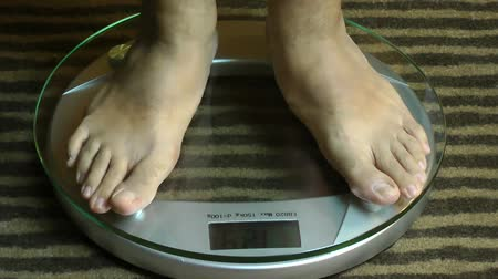 fogyás : Man feet on a scale