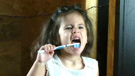 kartáč : Little girl brushing her teeth Dostupné videozáznamy