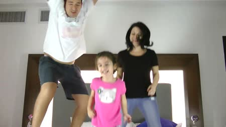 salto : Family Jumping on Bed Together