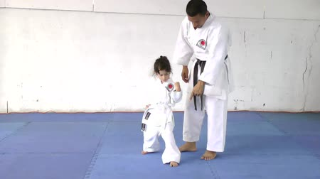 каратэ : Little girl learning from her karate instructor