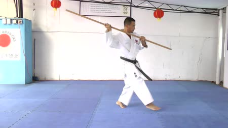 каратэ : Man in karate practicing with a bo in his hands