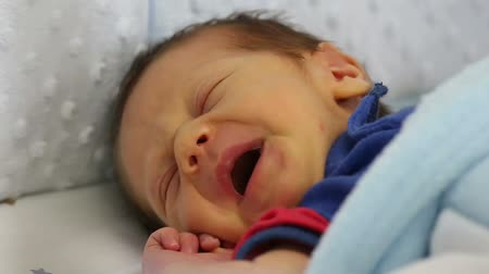 posou : Newborn making funny face sleeping