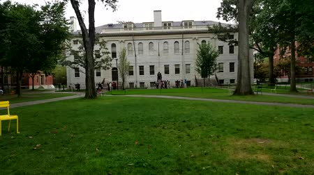 excelência : Timelapse of many people visiting the Harvard University Campus. Harvard had been ranked the Academic Ranking of World Universities and World Reputation Rankings since the time when they were released