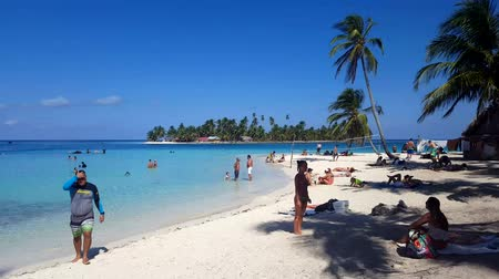 kokosový ořech : SAN BLAS, GUNA YALA, PANAMA, FEB 25: Tourist arriving and swimming on beautiful island of San Blas, Panama on Feb 25, 2017.