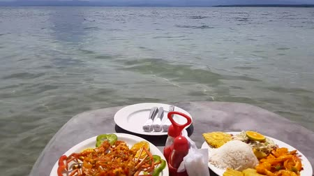 homar : Caribbean food served in table on the beach. Wideo