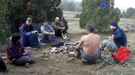 şenlik ateşi : Hikers are sitting around the campfire and talk Stok Video