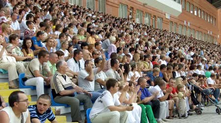 estádio : The audience applauded in the stands at a football match