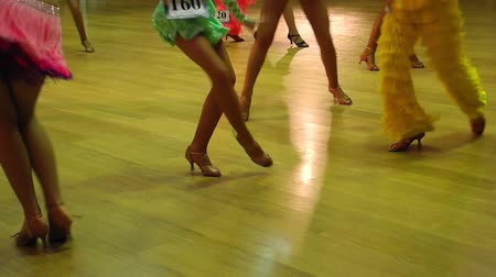 латинский : Female salsa dancers legs at competition