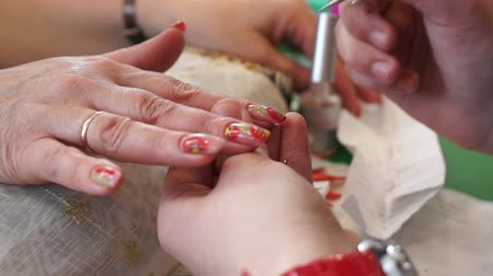 unha : Painting on the nails in the salon Stock Footage