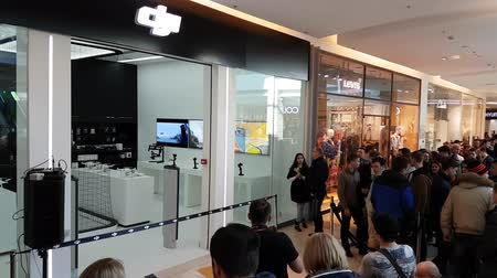 inspiração : Moscow, Russia - April 1, 2017: Buyers stand in line waiting for the opening of DJI Authorized Store