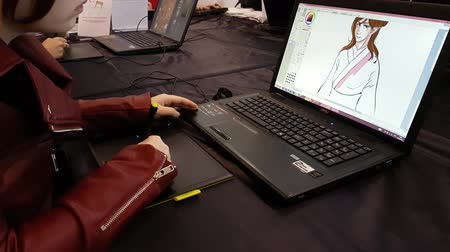 японский рисунок : Moscow, Russia - April 23, 2017: Artist draws on the tablet at Hinode Power Japan festival Стоковые видеозаписи