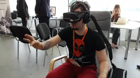 esemény : Moscow, Russia - June 8, 2017: VR conference visitor tests virtual reality helmet