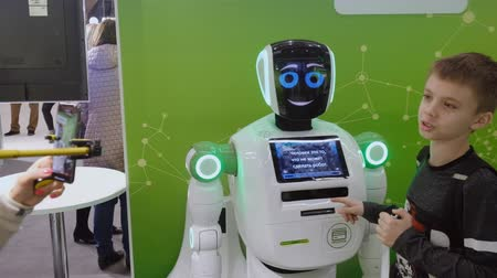 торговый : Moscow, Russia - April 24, 2018: Interactive Robot welcomes visitors at Skolkovo Robotics Forum Стоковые видеозаписи