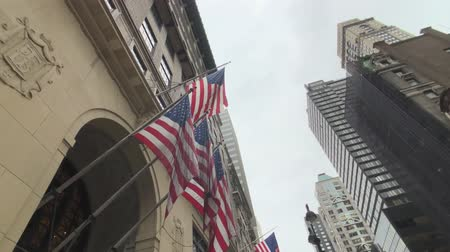 barril : New York, USA - September 6, 2018: National flags on buildings in downtown Manhattan barrel roll Stock Footage