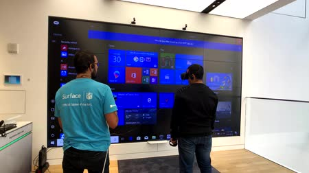 experiência : New York, USA - September 6, 2018: Player trying mixed reality game in helmet in Microsoft store in 5th avenue in Manhattan