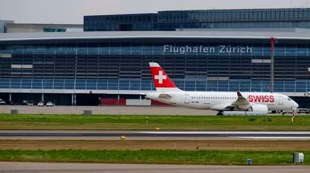 аэробус : Zurich, Switzerland - July 19, 2018: Swiss airlines airplane taxiing to the gate at day time in international airport Стоковые видеозаписи