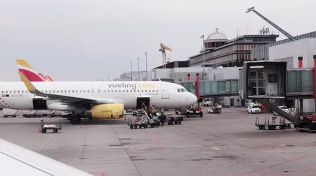 Мадрид : Geneve, Switzerland - May 3, 2018: Vueling airlines airplane in the airport at day time