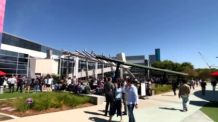 штаб квартира : Mountain View, USA - September 25, 2018: Employees walking outdoors at Googleplex headquarters main office Стоковые видеозаписи