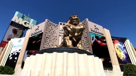 hostující : Las Vegas, USA - September 10, 2018: Tourists visiting the sights at sunny day time, MGM lion