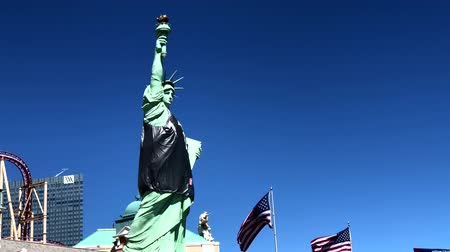 las vegas boulevard : Las Vegas, USA - September 10, 2018: Liberty statue on the background of roller coaster Stock Footage