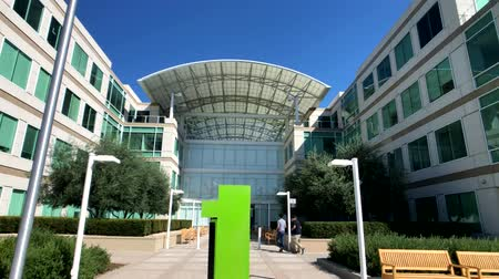штаб квартира : Cupertino, USA - September 10, 2018: Apple company campus in silicone valley, Infinity loop one Стоковые видеозаписи