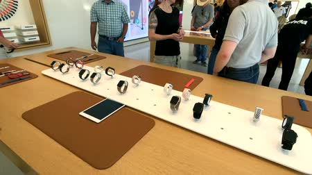 visitantes : Cupertino, EE. UU. - 10 de septiembre de 2018: Apple store en el campus de la compañía en silicon valley, Infinity loop one Archivo de Video