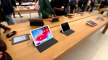 посетитель : San Francisco, USA - September 10, 2018: People visiting Apple store at downtown