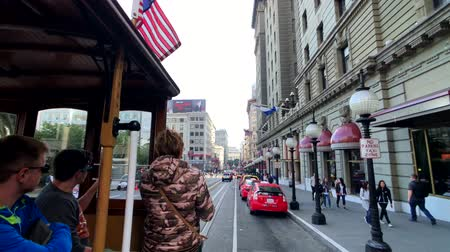 транзит : San Francisco, USA - September 10, 2018: Tourists riding retro tram at day time