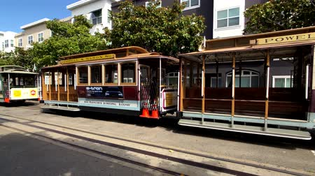 kábelek : San Francisco, USA - September 10, 2018: Tourists landmark retro tram at day time Stock mozgókép