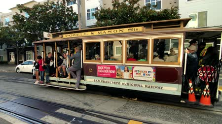 автобус : San Francisco, USA - September 10, 2018: Tourists riding retro transport at day time Стоковые видеозаписи