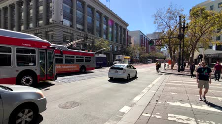 troli : San Francisco, USA - September 10, 2018: City traffic at downtown at sunny day time Stock mozgókép