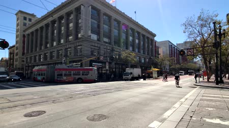 tramway : San Francisco, USA - September 10, 2018: City traffic at downtown at sunny day time Vidéos Libres De Droits