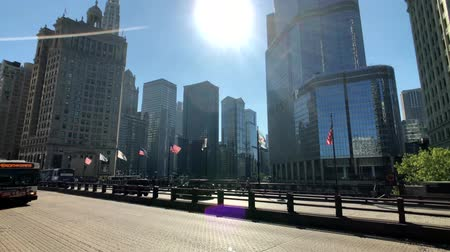 中西部 : Chicago, USA - September 10, 2018: Downtown traffic and sights at sunny day time