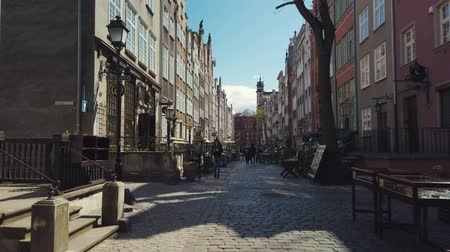 hostující : Gdansk, Poland - May 6, 2019: Tourists visiting the sights of the old city