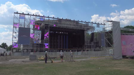 muzikale achtergrond : Moscow - June 21, 2019: Workers are constructing the stage for International Jazz Festival Usadba Jazz in Kolomenskoe Park Stockvideo