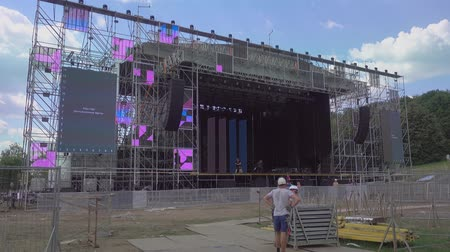 truss : Moscow - June 21, 2019: Workers are constructing the stage for International Jazz Festival Usadba Jazz in Kolomenskoe Park Stock Footage