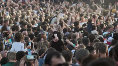 авиашоу : Moscow - June 22, 2019: Crowd of fans cheering at open-air music festival, defocused Стоковые видеозаписи