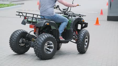 junho : Moscow, Russia - June 20, 2019: People are training to ride on an electric personal transport