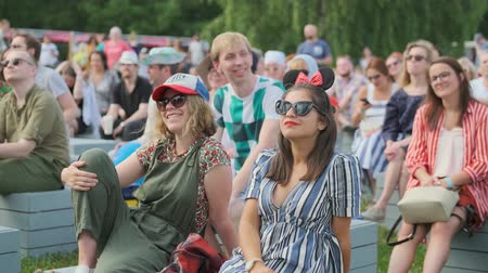 祝祭 : Moscow - June 22, 2019: People attend open-air concert at International Jazz Festival Usadba Jazz in Kolomenskoe Park
