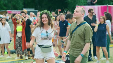 festivais : Moscow - June 22, 2019: People attend open-air concert at International Jazz Festival Usadba Jazz in Kolomenskoe Park