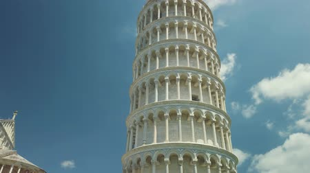 toscana : Pisa, Italy - August 5, 2019: Tourists visiting the famous landmark leaning tower in the daytime