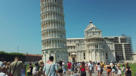 torre di pisa : Pisa, Italy - August 5, 2019: Tourists visiting the famous landmark leaning tower in the daytime