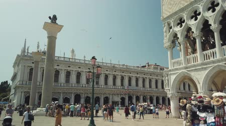 Венеция : Venice, Italy - August 4, 2019: Tourists sightseeing in Venices most famous square San Marco. Стоковые видеозаписи