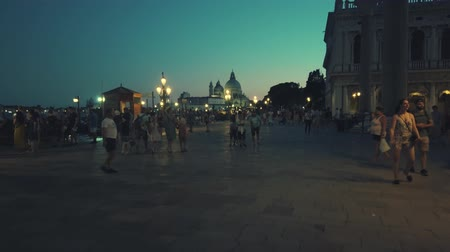 メアリー : Venice, Italy - August 4, 2019: Tourists sightseeing in Venices most famous square San Marco at evening time