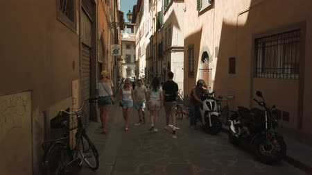 firenze : Florence, Italy - August 1, 2019: Tourists walking in old Firenze city sightseeing landmarks