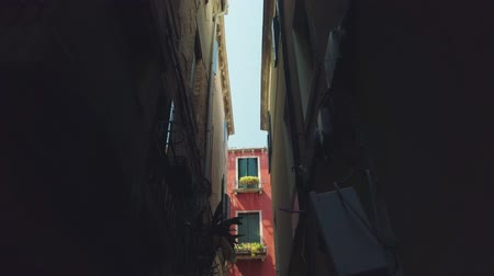 фасады : Bottom view of narrow street facades in Venice old city Стоковые видеозаписи
