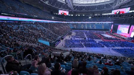 collegezaal : Sint-Petersburg, Rusland - 4 oktober 2019: zakenlieden bijwonen groot educatief forum in Gazprom Arena Stadium Stockvideo